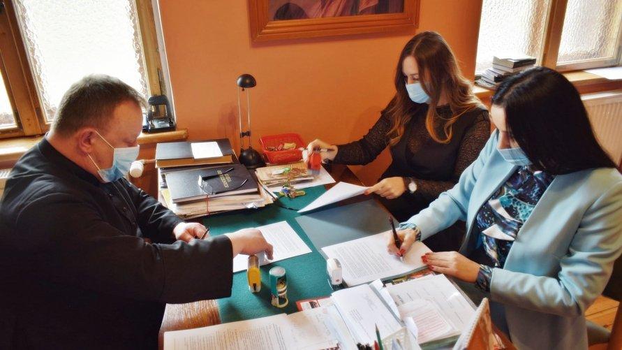 Wójt Gminy Nowa Sól, Skarbnik oraz ksiądz proboszcz podpisują umowę na dofinansowanie remontu kościoła