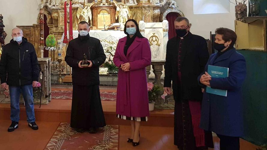 Wójt Gminy Nowa Sól, księża oraz przedstawiciele lokalnej społeczności podczas odbioru nagrody