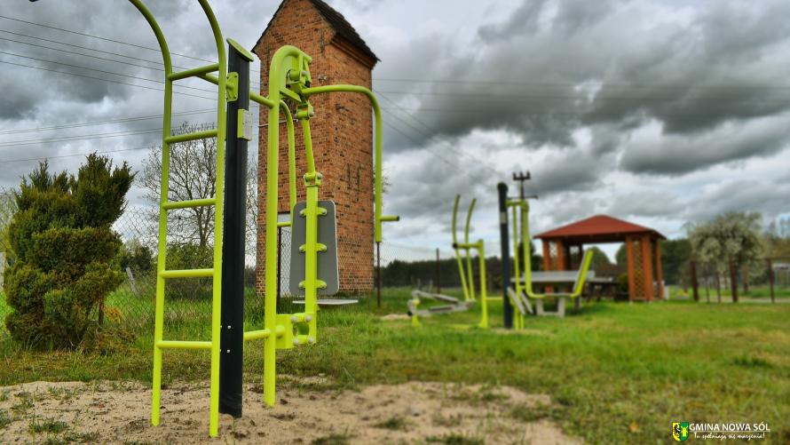Zdjęcie przedstawia nowe urządzenie siłowe zamontowane na terenie rekreacyjnym w Buczkowie.