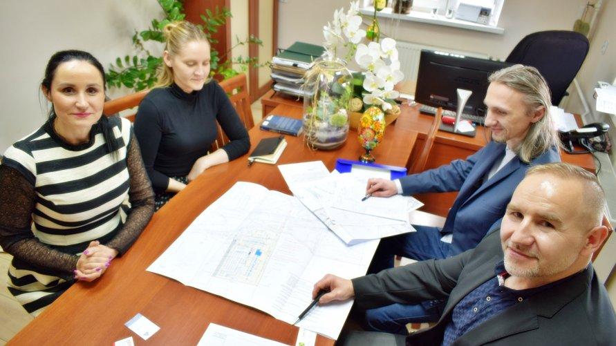 Wójt Gminy Nowa Sól, pracownik Urzędu oraz inwestor podczas spotkania w siedzibie Urzędu