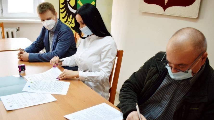 Na fotografii Wójt Gminy Nowa Sól podpisuje umowę z wykonawcą